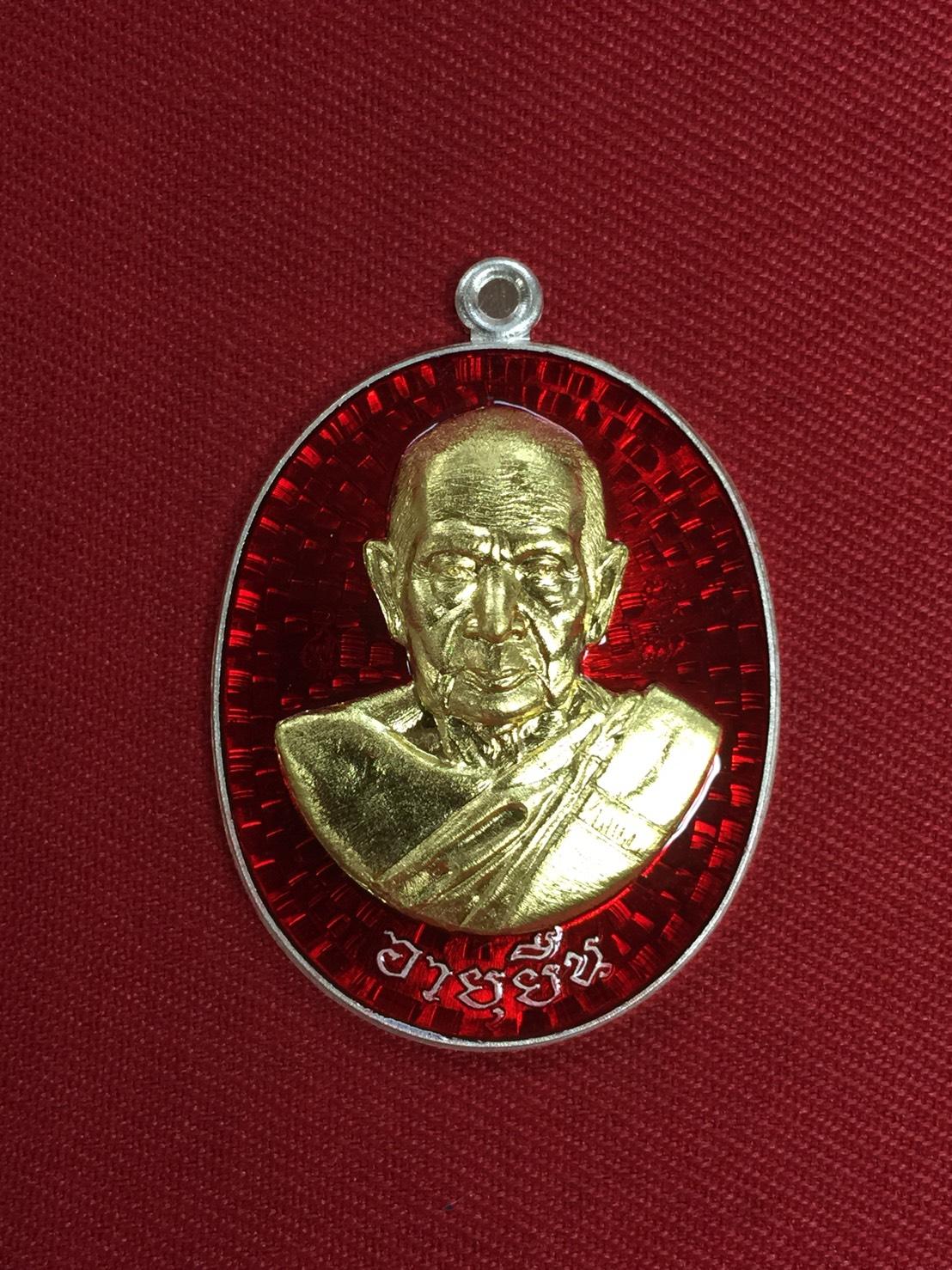 เหรียญอายุยืน ปี2559 เนื้อเงินหน้ากากทองคำลงยาสีแดงหลังเรียบจารมือ ติดจีวรเกศา หลวงพ่อฟู วัดบางสมัคร