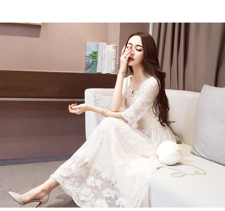 เดรสสีขาวตัวยาว สวยหรู เดินคอลูกไม้แบบหยักโค้ง ปลายกระโปรงโชว์ลายดอกไม้โปร่งสวยงาม มีซับใน