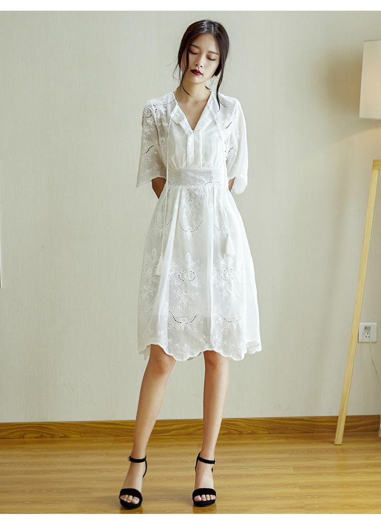 เดรสสีขาว งานแนวววมากก วินเทจ ลายฉลุ ซิปข้าง มีซับในติดชุดให้เลยจ้า งานปักทั้งชุดสวยๆๆๆ เชือกผูกเองด้านบนเก๋ๆจ้า