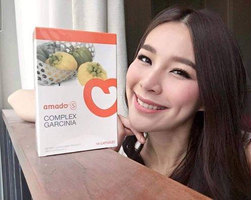 Amado S อมาโด้เอส กล่องสีส้ม (1 กล่องมี 10เม็ด) - ส่วนผสมทำมาจากธรรมชาติ100% (ส้มแขก,แอปเปิ้ลไฟเบอร์,เส้นใยสกัดจากต้นไซเลี่ยมฮักซ์,ผงบุก) - ไม่มีส่วนประกอบอันตรายเจือปน ทานแล้วไม่เบลอ มือเท้าไม่ชา ท้องไม่ร่วง ไม่วูบ ไม่บิดไส้ - ช่วยลดการดูดซึมไขมันที่เป็นสาเหตุให้อ้วน และขับไขมันส่วนที่ไม่ใช่ออกด้วยการขับถ่าย - ขับไขมันออกตามจริง เท่าที่ทานอาหารที่มีไขมันเข้าไป ขับเฉพาะไขมันที่เป็นส่วนเกินออกมา ส่วนที่ร่างกายต้องใช้จะไม่ถูกดึงออกมาหมด ทำให้ไม่โทรมอีกด้วย - ลดน้ำหนักได้ไว ลดสัดส่วนต้นแขนต้นขา - ทานง่าย แค่1-2เม็ดก่อนนอน ตื่นมาขับถ่ายง่ายขึ้น - ใช้ชีวิตได้ปกติ ไม่ต้องสแตนบายหน้าห้องน้ำทั้งวัน ไม่ต้องพกสบู่ไว้ล้างคราบมัน กลิ่นอุจจาระไม่เหม็นหืน